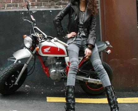 рокерша кожаная юбка и куртка на байке фото общем